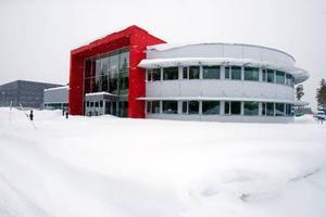 Kontoren ligger i en halvcirkel i anslutning till den röda fabriksentrén.