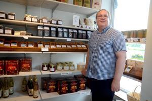 Anders Laby tror att det kan bli tomt i honungshyllan i vinter. Men honungen kommer i alla fall att räcka till den prisbelönta chokladen.