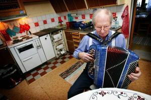 Hugo Dahl har rest runt som musiker i 30 år. Nu senast spelade han i Vansbro på en 50-årsfest där en av gästerna var självaste Gunde Svan.