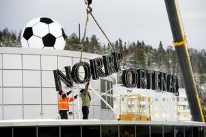 Skyltarna på Norrporten Arena monteras ner. Först ut: Skylten mot rondellen vid arenans sydvästra hörn.