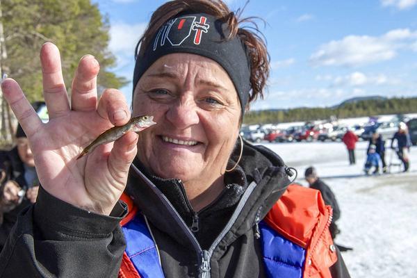 Maud Eriksson, som är nordisk mästare i pimpelfiske, drog upp 17 fiskar som tillsammans vägde 250 gram.