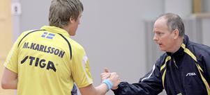 Nu kör vi – vidare! Mattias Karlsson ser gärna att Erik Lindh blir kvar som förbundskapten. Här peppar Lindh honom under en landskamp i Köping Arena.