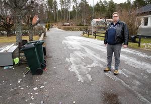 Mattias Schönning är trött på att få soptunnorna tömda över hela vägen och trädgården förstörd av vildsvinen.