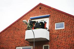 Brandmännen fick krossa rutorna för att komma åt branden.