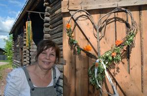 Hon har inrett en sommarutställning i familjens lada i byn Limbäck, som ligger i Våmhus socken.