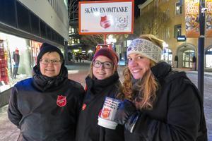 Anette Bruno, Zara Watanen och Johanna Tettli från Frälsningsarmén i Östersund sjöng julsånger när de samlade in pengar.