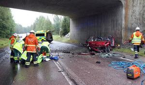 Räddningstjänsten klippte upp bilen för att mannen skulle kunna tas ut skonsammare.