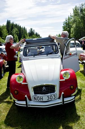 """Kulting. Mer """"kult"""" än """"veteran"""" är denna lilla fräsiga Citroën, berättar det stolta ägarparet Kenth Gryth och Birgitta Gold."""