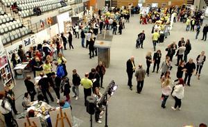 Fullt med folk. Det vimlade av besökare i Lindesbergs arena när Lindeskolan visade upp vilka utbildningsprogram som finns. Besökarna hade många aktiviteter att välja på.