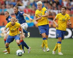 Frankrikes målvakt Celine Deville hoppar efter bollen med Charlotte Rohlin.