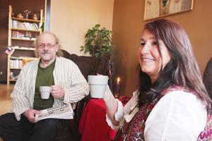 Roland Johansson och UIla Palm tar en kopp rättvisemärkt kaffe. Fairtrade Challenge siktade på en halv miljon kaffedrickare.