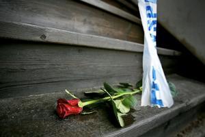 Arkivbild. Vid avspärrningsbandet har en vän till den dödade 64-åringen lämnat en ros.