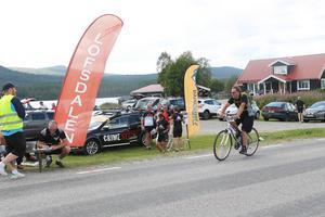 En av cyklisterna i Lofssjön runt kör i mål.