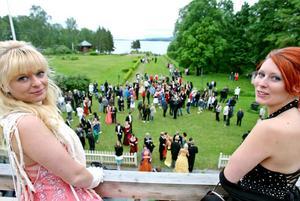 Jennie Eriksson och Micaela Bergström valde takterrassen för att titta ut över studenterna som gick på bal.