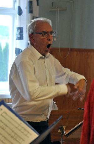 Körledaren Olle Gustavsson in action som dirigent under tisdagens övningstillfälle för Orionkören.