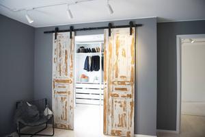När Maria och Mathias tog ner en vägg i sovrummet kunde de bygga en walk-in-closet. Två gamla dörrar blev pricken över i:et.