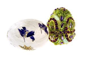 Dekorativt pappersägg med riktiga blommor på, 15 kronor. Indiska har det glittriga ägget för 29.50 kronor.