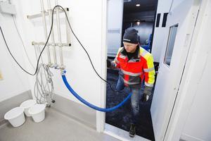 Mjölkbilen. Mathias Johansson kör mjölk från en gård i taget. Leveranserna från Ullberga och Sörbro är dock inte i gång än.