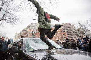 En demonstrant sparkar in en vindruta i Washington.