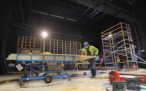 Arbetet med scenen pågår fortfarande. Skärmväggarna på sidorna har tagits bort och linorna i taket för dekor och belysning är rustade och delvis utbytta.
