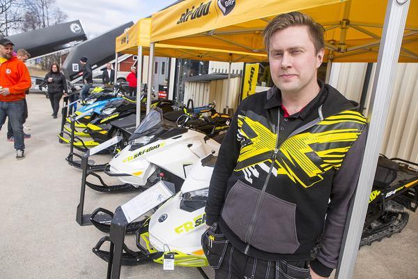 Tomas Backlund i Linsell framför en av de lössnömaskiner som han tror blir årets storsäljare.