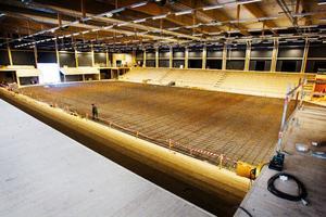 Isrinken i A-hallen är färdig att gjutas in i betong nästa vecka. Läktarna sväljer knappt 2 000 åskådare, till vänster blivande ståplatsläktare.