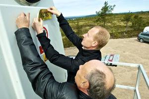 Sven-Åke Niklas Andersson satte tillsammans upp skylten med Niklas namn på vindkraftverk nummer fyra, som därmed fick ett nytt namn.
