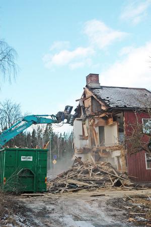 MINNESMÄRKE. En stengrund från en av de röda villorna på Harnäs ska lämnas kvar som ett minnesmärke.