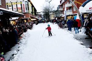 CENTRALT. Mitt bland butikerna på Hyttgatan, i Krysset, hade man anlagt ett skidspår för tävlingen.