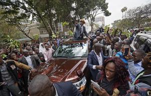 Oppositionskandidaten Raila Odinga med sina supportrar när han lämnade Högsta domstolen i Nairobi på fredagen.