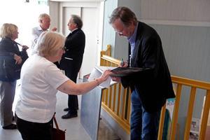 Dags att signera, Sten Gauffin fick rita autografer i ett antal av de nya konstböckerna.