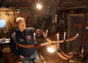 Av två par gamla skidar från Edsbyn tillverkade Jens den här ljuskronan