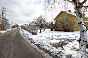 Det gula trähuset till höger och det blågrå huset i vänsterkant tillhör de som ska rivas vid Norra Kilaforsvägen i Säversta.