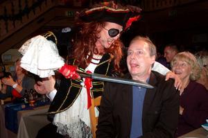 Kniven på strupen. Katarina Sakrisson som pirat och Alfonso Ågren, Mora.