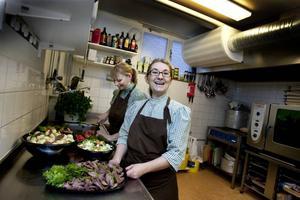 Cateringsexperterna Eva Lindberg (längst fram) och Carina Jansson har fullt upp i dag.