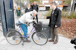 Conny Karlsson får inte luft i däcken. Kommunalrådet Björn Sundin (S) tar kontakt med kommunens kundtjänst. I bakgrunden Bechet Barsom (KD) och Hannah Ljung (C).