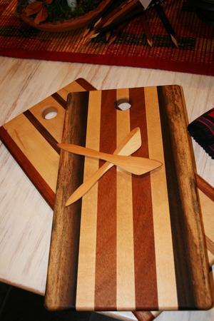 OLIKA TRÄSLAG. Träkonstnären Ingemar Rönnblom gör bland annat skärbrädor och smörknivar.