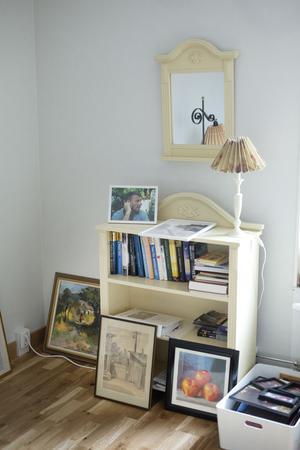 Möbler från förra gästrummet och tavlorna på golvet.