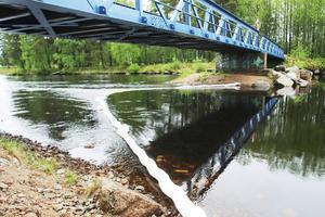 Under bron till Lillön har en läns lagts ut som ska fånga upp utsläppet.