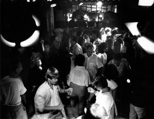 Café Blanche. Det var sex år sedan som man baxade in högtalaranläggningen i den gamla matsalen på andra våningen. Västerås gamla stadshotell sparkades in i diskoåldern.