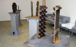 I det största rummet visar Olle Jonsson sina fyra skulpturer Taggarna utåt 1 till 4.