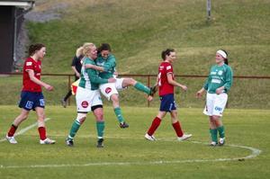Annie Björklund gratulerar Linda Olofsson efter det förlösande 2–0-målet.
