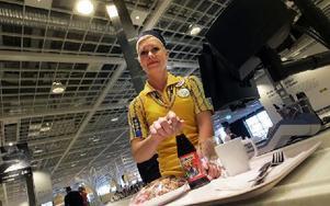 Linda Olsson, Borlänge, har fått jobb på restaurangen på Ikea. Hon kommer att synas i kassan, vara i kallskänken och ansvara för kaffeapparaterna. Nu har de laddat med räksmörgåsar före öppningen första dagen. Foto: Staffan Björklund