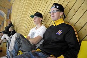 Anonymt. Andreas Larsson och Marcus Carlsson hörde till åskådarna i det något anonyma SM-slutspelet i inlinehockey.