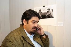 Erland Kalderas ringer sin mamma för att ta reda på om hon vet vilka romerna på bilden på väggen är. Einar Montén tog bilden på 40-talet i Vemdalen.