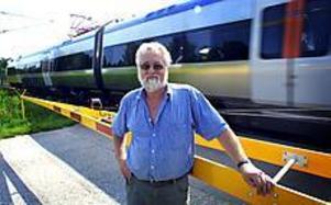 Foto: Nick Blackmon Tågstopp. Helge Berglund är en av många boende i Korsika i Kungsgården som tröttnat på den långa väntan som blir vid tågmötena. På tisdagskvällen stod ett godståg stilla i 50 minuter för att invänta tre tågmöten. Inte undra på att boende blir irriterade.
