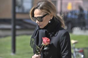 Lena Olin anländer till Gösta Ekmans begravning i Katarina kyrka.
