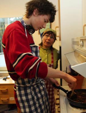 Marianne Persson från Jiingevaerie sameby hjälpte Johan Horneij att laga renskavspanna.