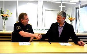 I maj 2012 skrev dåvarande länspolismästaren Sten-Olov Hellberg och Hedemoras kommunalråd Ulf Hansson under avtalet som möjliggjorde samarbetet mellan polismyndigheten och Hedemora kommun. Foto: Johan Källs/DT