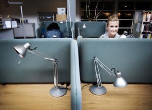 På fredagseftermiddagen sitter Elin Hedenborg-Högqvist, 20, och pluggar på CFL. Det gäller att ha disciplin för att fixa högskolestudierna, och hon vet inte om hon skulle klarat av att läsa helt på distans.